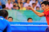 图文:奥运乒乓男单半决赛 王励勤发球