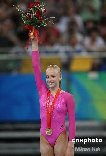 8月15日,北京奥运会体操女子个人全能决赛,美国选手娜斯佳·柳金以63.325总分获得金牌。 中新社发 武仲林 摄