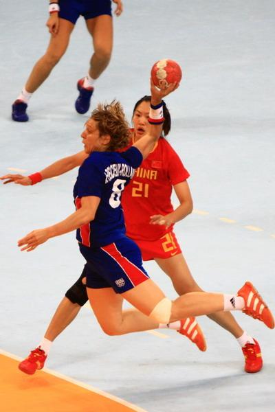 图文:中国女手不敌法国获得第六名 对方攻门