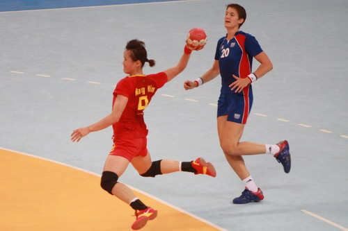 图文:中国女手不敌法国获得第六名 攻门瞬间
