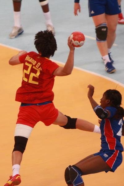 图文:中国女手不敌法国获得第六名 飞驰中传球
