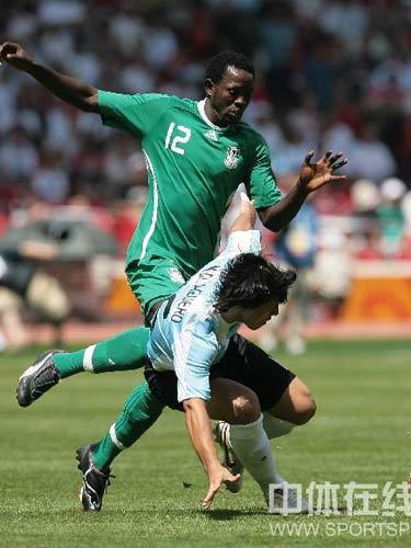 图文:男足决赛阿根廷vs尼日利亚 激烈争抢