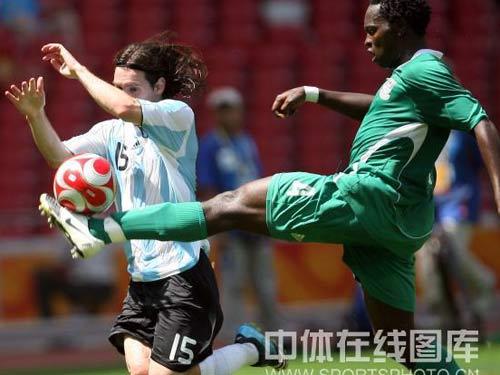 图文:男足决赛阿根廷vs尼日利亚 梅西防守