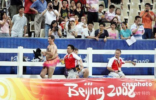 八月二十一日晚,在香港举行的奥运马术项目比赛进行最后一天赛事,场內一观众着奇裝跑入赛场,被保安驱赶出场。中新社发 洪少葵 摄