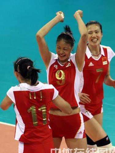 图文:女排铜牌争夺战中国队vs古巴 庆祝进球