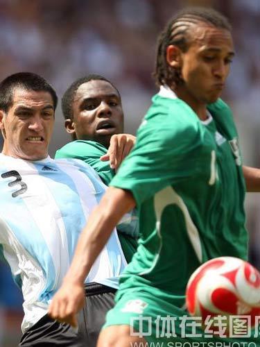 图文:奥运会男足决赛阿根廷队夺冠 争夺激烈