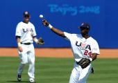 图文:棒球美国队获得季军 美国队员福勒比赛中