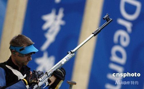 """8月17日,北京射击馆迎来奥运会射击比赛的最后一天,在男子50米步枪三种姿势的决赛中,美国选手埃蒙斯在前九枪取得巨大领先的情况下,最后一枪仅打出4.4环的成绩,将冠军拱手送给了中国选手邱健。中国选手邱健以1272.5环意外""""捡""""到一枚金牌,这也是中国射击队的第五块金牌,同时也是中国代表团在本届奥运会上的第28枚金牌。美国选手埃蒙斯自2004年雅典奥运会,第二次以同样的失误失掉几乎到手的金牌。 中新社发 盛佳鹏 摄"""