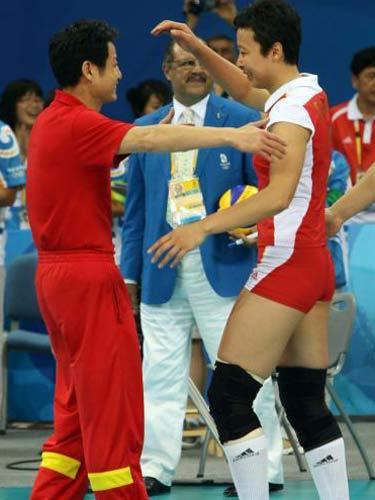 图文:奥运会女排中国摘铜 队员和教练拥抱