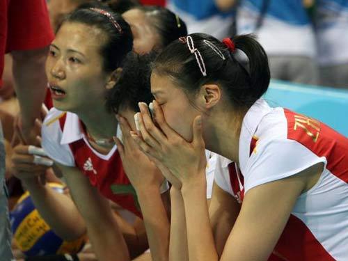 图文:奥运会女排中国摘铜 姑娘们落泪