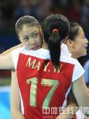 图文:奥运会女排中国摘铜 队员们紧紧的拥抱
