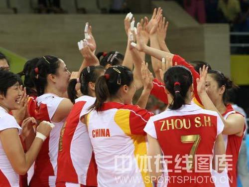 图文:奥运会女排中国队获得铜牌 庆祝胜利