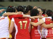 图文:奥运会女排中国队获得铜牌 抱成一团