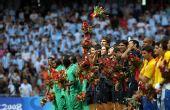 图文:男子足球颁奖仪式 前三名合影