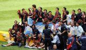 图文:男子足球颁奖仪式 在颁奖仪式上合影