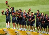 图文:男子足球颁奖仪式 颁奖仪式上庆祝