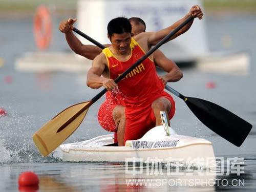 图文:男双划艇孟关良/杨文军卫冕 加速前行