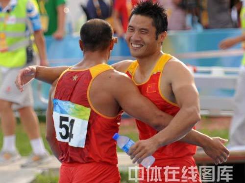 图文:男双划艇孟关良/杨文军卫冕 拥抱搭档