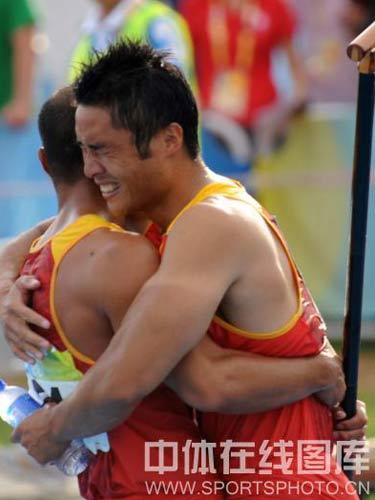 图文:男双划艇孟关良/杨文军卫冕 紧紧拥抱