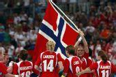 图文:女子手球挪威夺冠 挥舞国旗