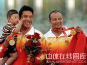 图文:孟关良/杨文军成功卫冕 和儿子一起领奖