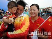 图文:孟关良/杨文军成功卫冕 和妻儿在一起