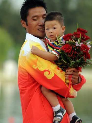 图文:孟关良/杨文军成功卫冕 可爱的儿子