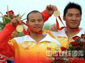图文:孟关良/杨文军成功卫冕 展示金牌