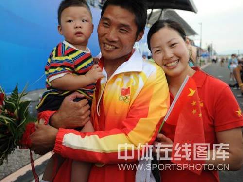 图文:孟关良/杨文军成功卫冕 幸福的一家