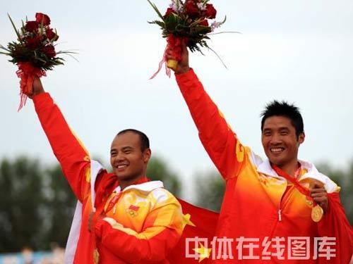 图文:孟关良/杨文军成功卫冕 身披国旗