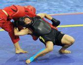 图文:武术比赛女子60公斤级 两人厮打在一起