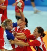 图文:女子手球挪威队获得冠军 相互撕扯