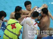 图文:日本花游队员眩晕 医护人员紧急救治