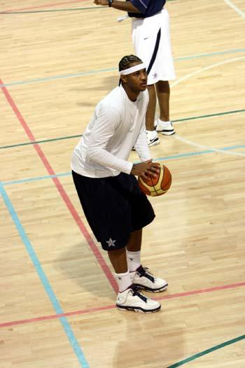 图文:美国男篮训练 安东尼热身