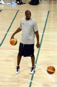 图文:美国男篮训练 科比与队友调侃