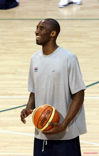 图文:美国男篮训练 科比显得兴奋