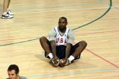 图文:美国男篮训练 詹姆斯做准备活动