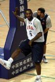 图文:美国男篮训练 詹姆斯准备上场