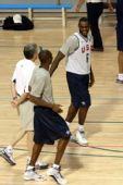图文:美国男篮训练 詹姆斯调侃科比