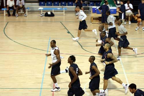图文:美国男篮训练 集体准备活动