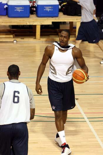 图文:美国男篮训练 霍华德作秀