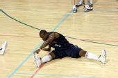 图文:美国男篮训练 韦德拉伸