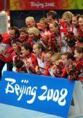 图文:女子手球挪威获得冠军 领奖台上