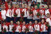 图文:女子手球挪威获得冠军 全队合影