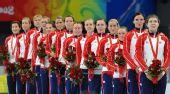 图文:女子手球挪威获得冠军 国旗升起