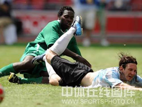 图文:男足决赛阿根廷胜尼日利亚 梅西倒地