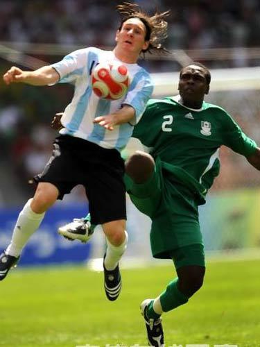 图文:男足决赛阿根廷胜尼日利亚 梅西抢球