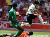 图文:男足决赛阿根廷胜尼日利亚 激烈争抢