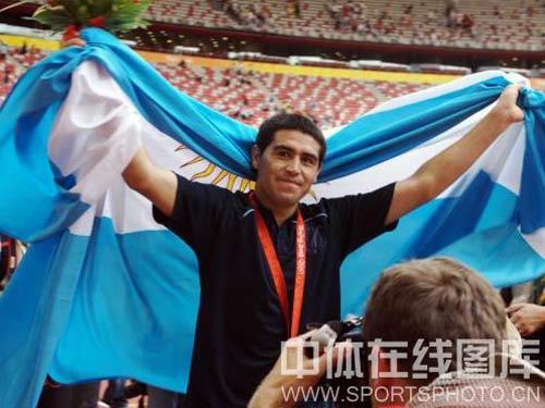 图文:男足决赛阿根廷胜尼日利亚 身披国旗