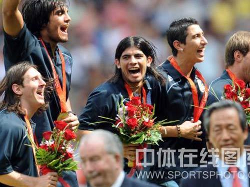 图文:男足决赛阿根廷胜尼日利亚 领奖台上
